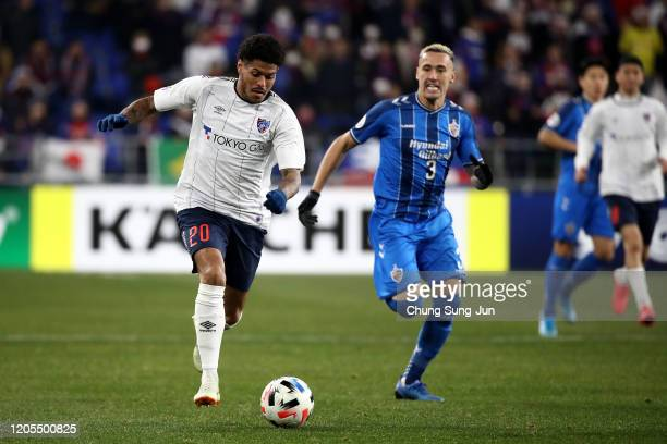 Weverson Leandro Moura of FC Tokyo competes for the ball with Jason Davidson of Ulsan Hyundai during the AFC Champions League Group F match between...