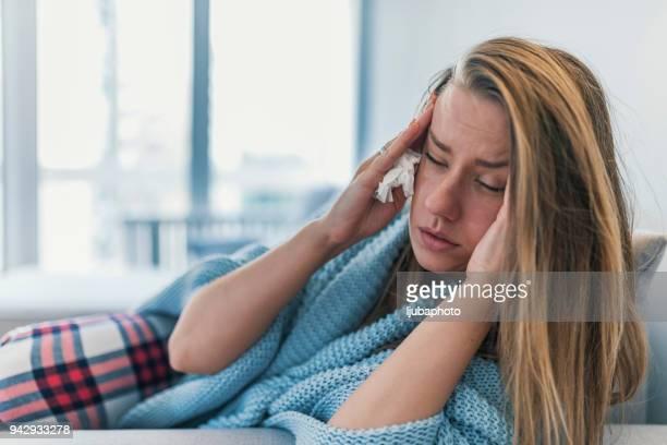 wat kan de oorzaak van deze ochtend migraine? - verkoudheid en griep stockfoto's en -beelden
