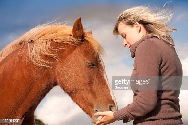 o que está na minha mão - girl blowing horse - fotografias e filmes do acervo
