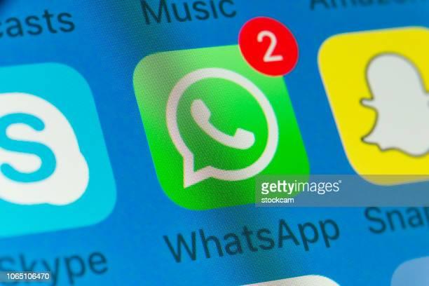 whatsapp、snapchat、skype、iphone の画面上の他の携帯電話アプリ - whatsapp ストックフォトと画像