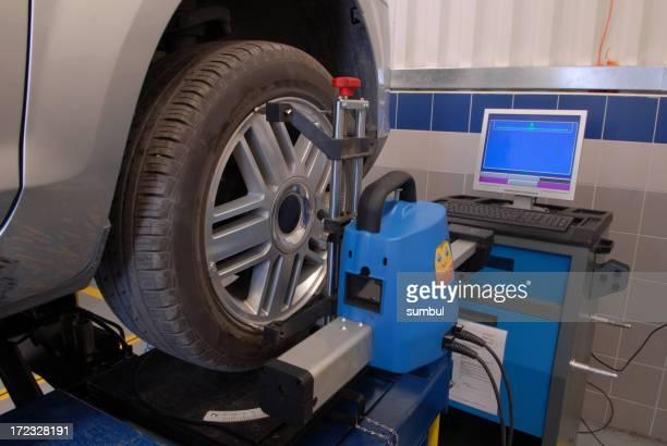 L'alignement de roue avec ordinateur et en équilibrant