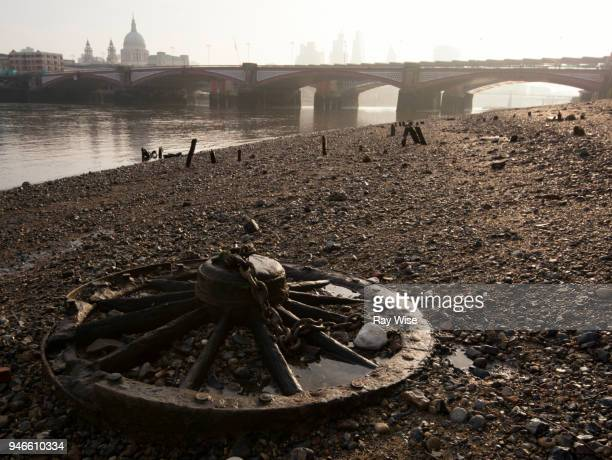 wheel and chain on beach of river thames - low tide stock pictures, royalty-free photos & images