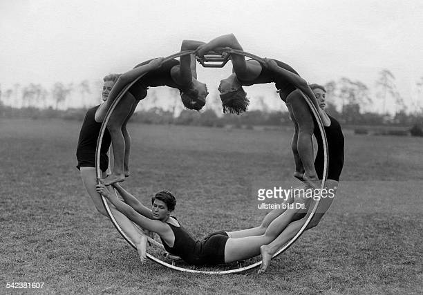 Wheel gymanstics Five women hang on to a gym wheel fully balanced and in a static position 1930 Vintage property of ullstein bild