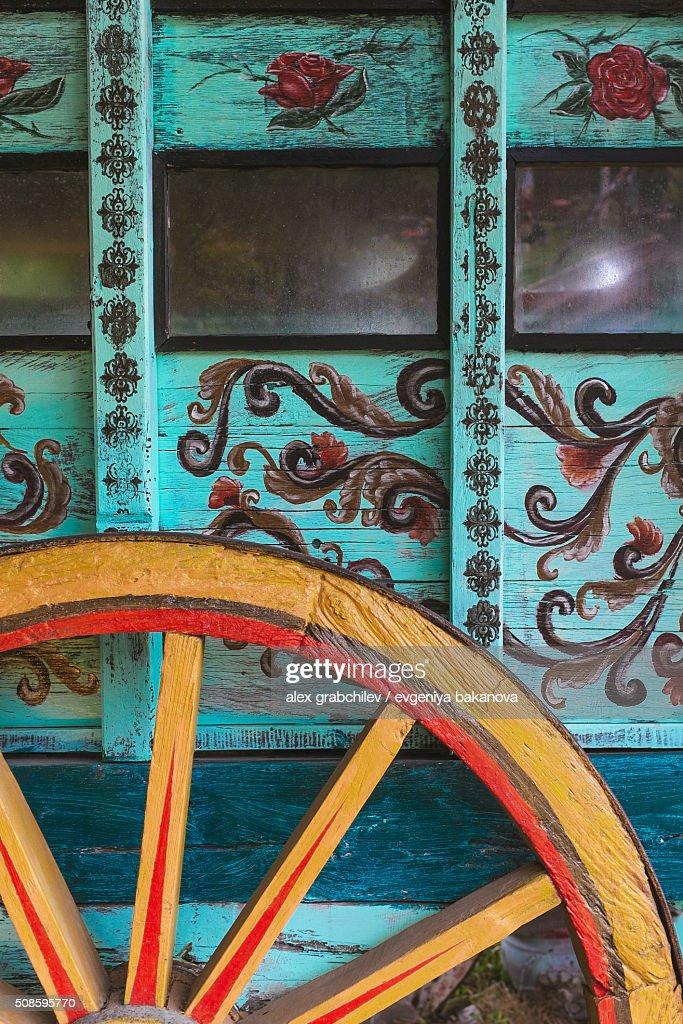 Wheel Of Gypsy Caravan Outdoors : Foto de stock