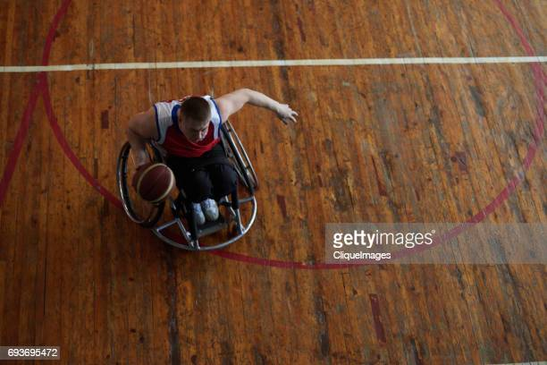 wheelchair athlete on basketball training - cliqueimages photos et images de collection