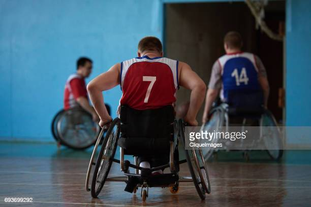 wheelchair athletes leaving court - cliqueimages - fotografias e filmes do acervo
