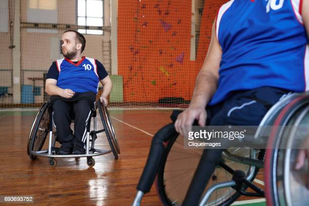 wheelchair athletes ready for basketball training - cliqueimages - fotografias e filmes do acervo