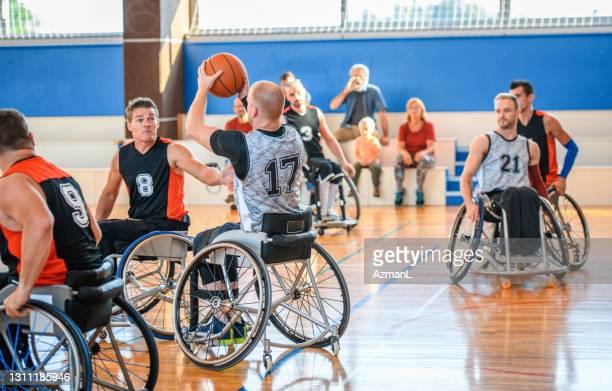 車椅子バスケットボール選手が合格を目指す - バスケットボール競技 ストックフォトと画像