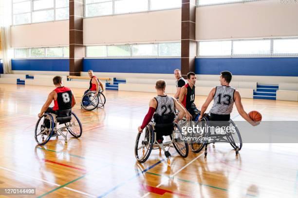 練習試合に出場する車いすバスケットボール選手 - バスケットボール競技 ストックフォトと画像