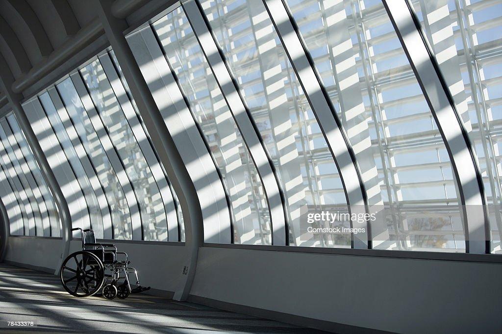 Wheelchair in hallway : Stockfoto