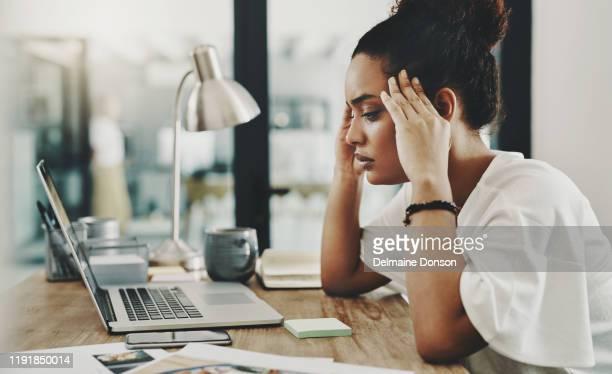 when hard work results in a headache - esgotamento psicológico imagens e fotografias de stock