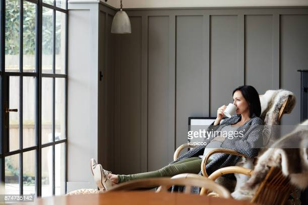 when mom's relaxed, so is her baby - pregnant coffee stock pictures, royalty-free photos & images