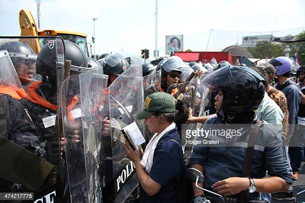 When the police forces started their attempt to retake an occupied area from anti-government protesters at Pan Fah Lilak bridge, this woman...