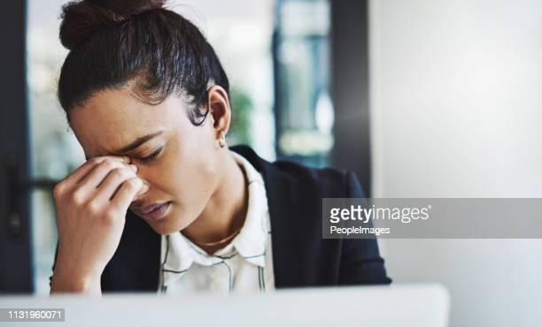 wanneer de werkdag krijgt de betere van je - frustratie stockfoto's en -beelden
