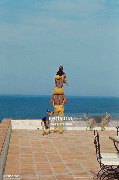 When We Love Each Other We Dress Identically Alain And Nathalie Delon In SaintTropez Nouveau style à SaintTropez la mode fémininmasculin La famille...