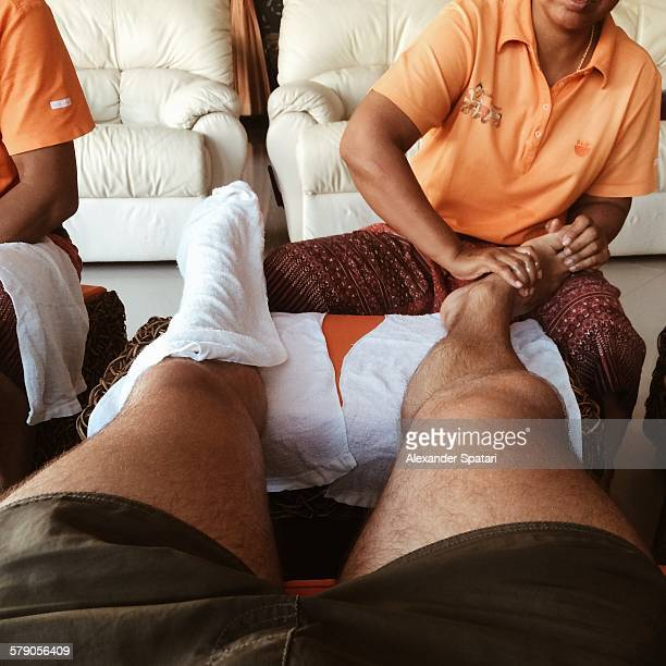 pov: where are your feet? - thai massage - fotografias e filmes do acervo