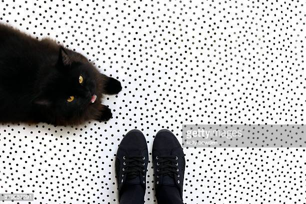pov: where are your feet? - lunares fotografías e imágenes de stock