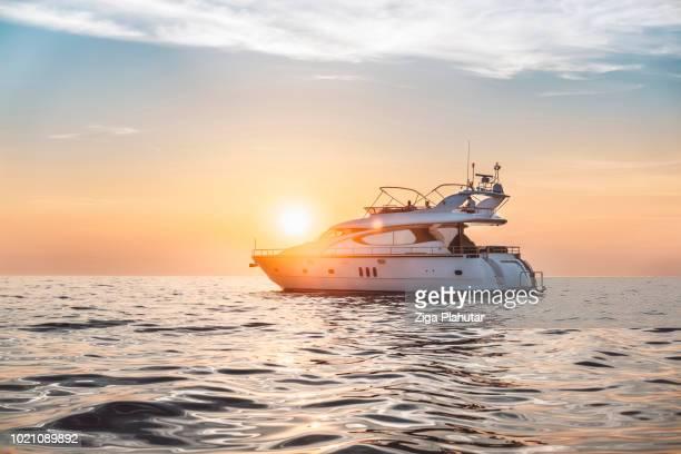 où est le soleil ? - bateau de plaisance photos et images de collection