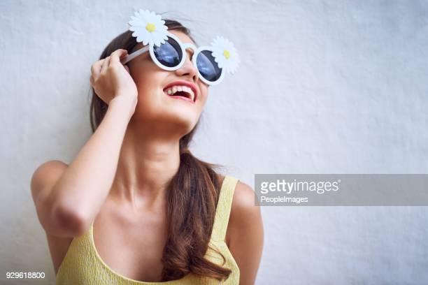 partout où elle va, que le soleil se couche - lunettes de soleil photos et images de collection