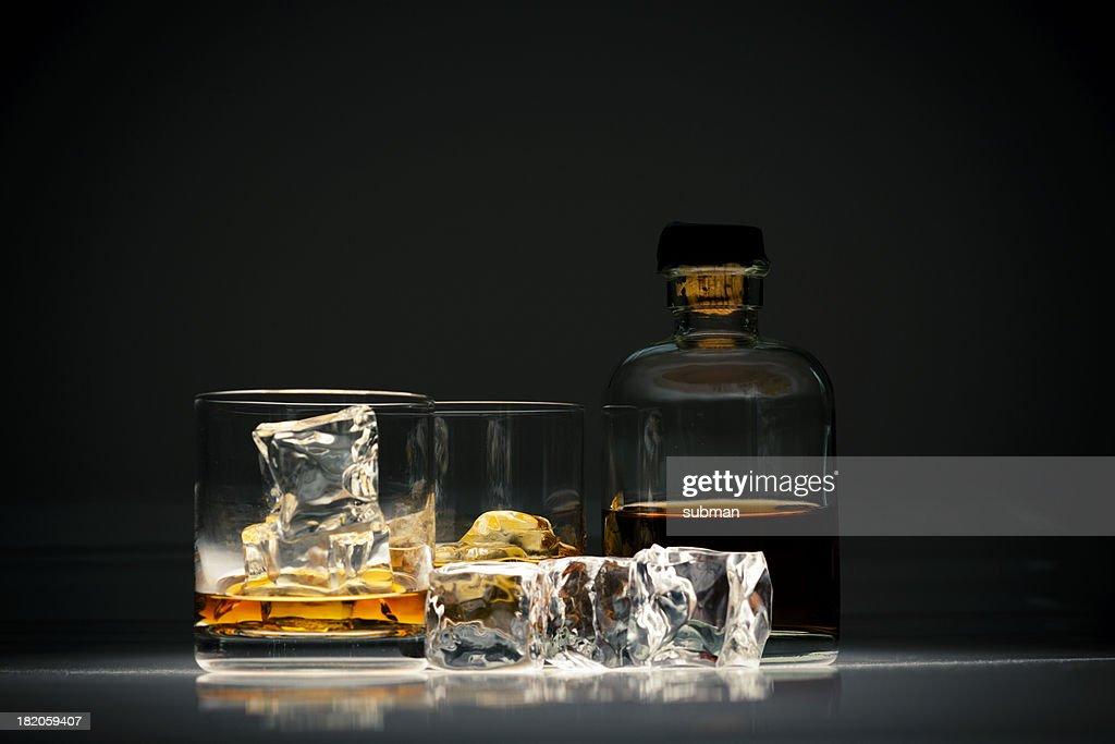 Copo de uísque com gelo : Foto de stock