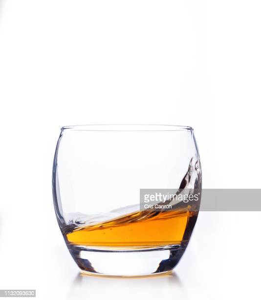 whiskey swirling - whisky photos et images de collection