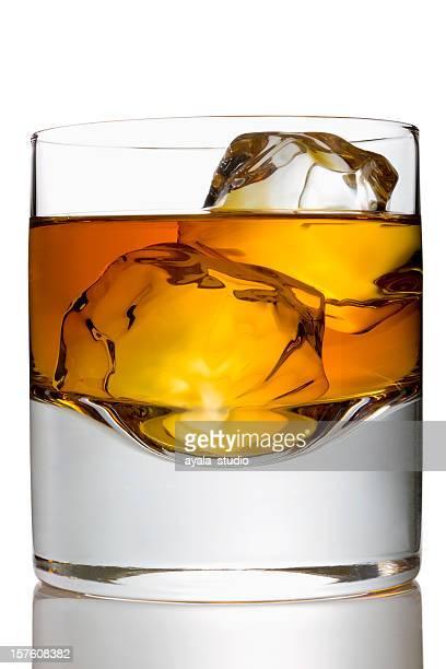 Whiskey mit zwei Eiswürfel in ein Glas
