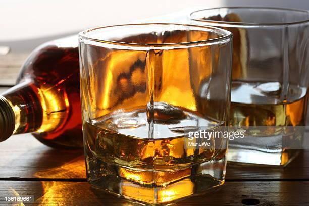 ウイスキーのボトル 1 本と 2 つのメガネ