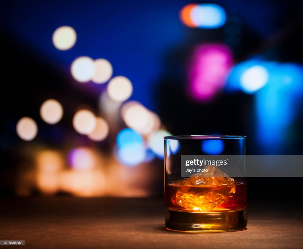 Whisky in night background : Foto stock