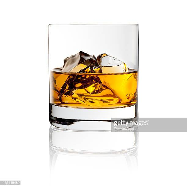 whisky on the rocks - drink with ice - glas serviesgoed stockfoto's en -beelden