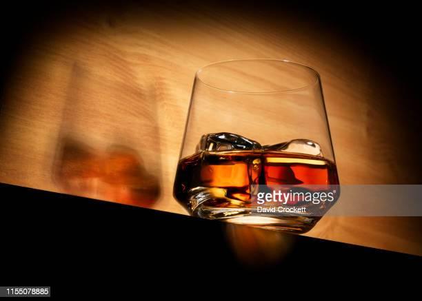 whisky on the rocks - bourbon whisky foto e immagini stock
