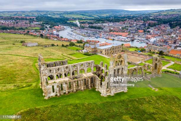 whitby abbey - ヨークシャー ストックフォトと画像