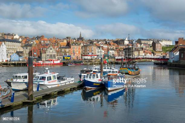 whitby harbour, north yorkshire, england - whitby north yorkshire england stock pictures, royalty-free photos & images