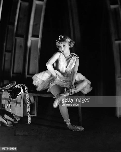 White Alice Actress USA Posing in a ballet dresst 1929 Photographer James E Abbe published in 'Berliner Illustrirte Zeitung' 36/1929 Vintage property...