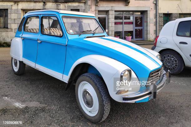 white and blue citroën 2cv - gwengoat stock pictures, royalty-free photos & images