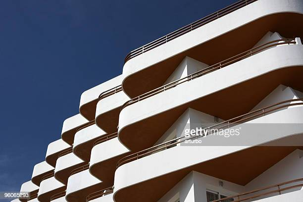 Blanc et orange façade de l'hôtel avec balcon