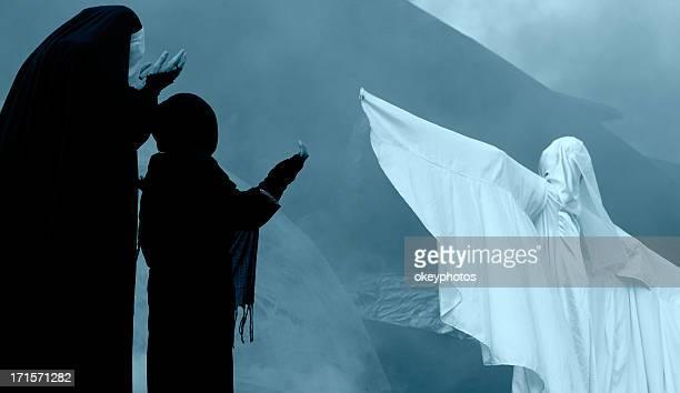 Weiße Engel mit Zwei Musliminen