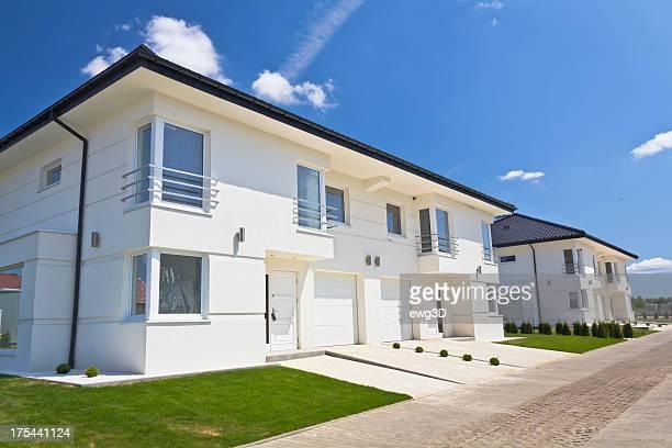 Weiße Wohnung Häuser vor blauem Himmel