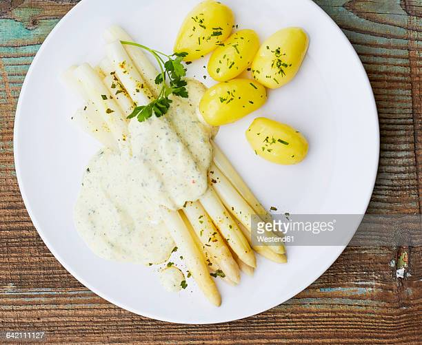 White asparagus, sauce hollandaise and boiled potatoes on plate