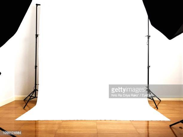 white backdrop at studio - fotosession stock-fotos und bilder