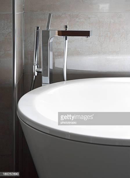 Blanco bañera y moderna de grifo