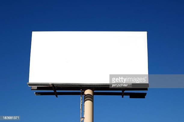 Weiß billbaord mit blauem Himmel