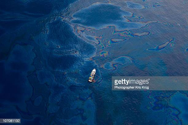 white boat in oil covered water of gulf of mexico - poluição imagens e fotografias de stock