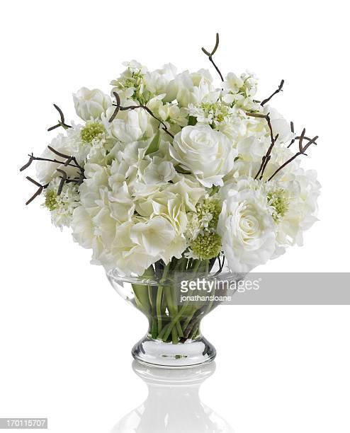 Brautstrauß mit weißen Rosen, Hortensien und blühender auf weißem Hintergrund