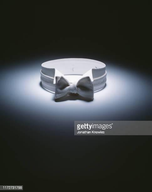 white bow tie in spot light - papillon accessorio da portare al collo foto e immagini stock