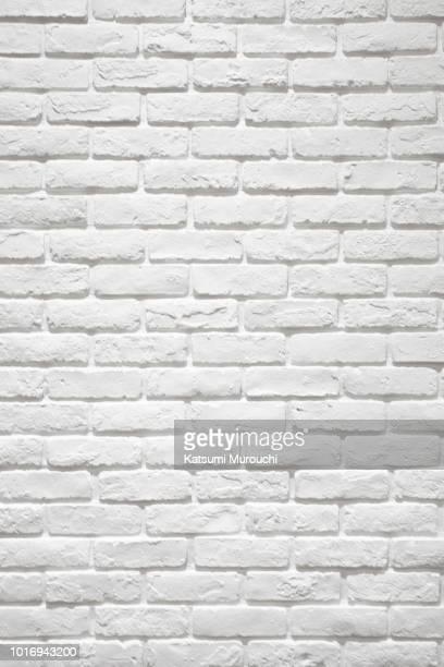 white brick wall texture background - ladrillo fotografías e imágenes de stock