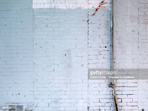 white bricks and electric cable montreal - ziegel stock-fotos und bilder