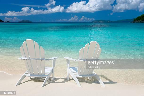 Weiße Stühle auf die Karibik