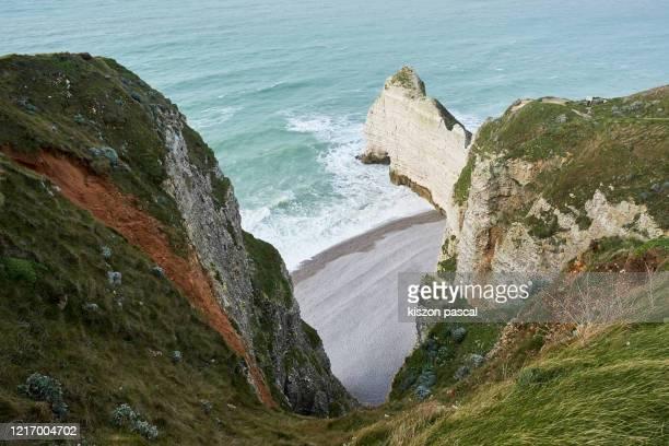white chalk cliffs on the coast of etretat in normandy , france . - océan atlantique photos et images de collection