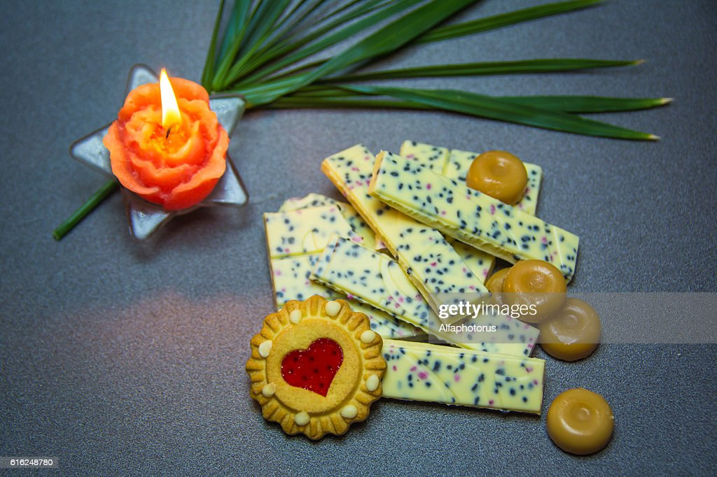 white chocolate cookies candle on a dark background. : Stock-Foto