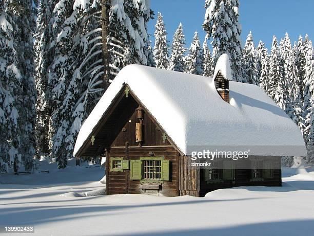 blanco navidad en las montañas - casa estilo rancho fotografías e imágenes de stock